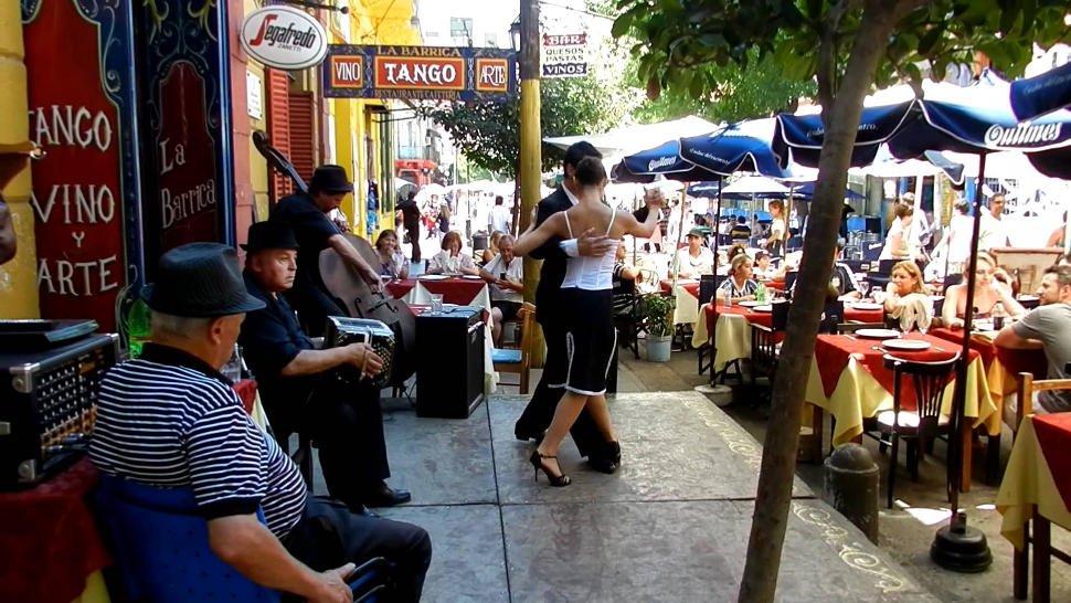 Casal dançando Tango em uma rua de Buenos Aires