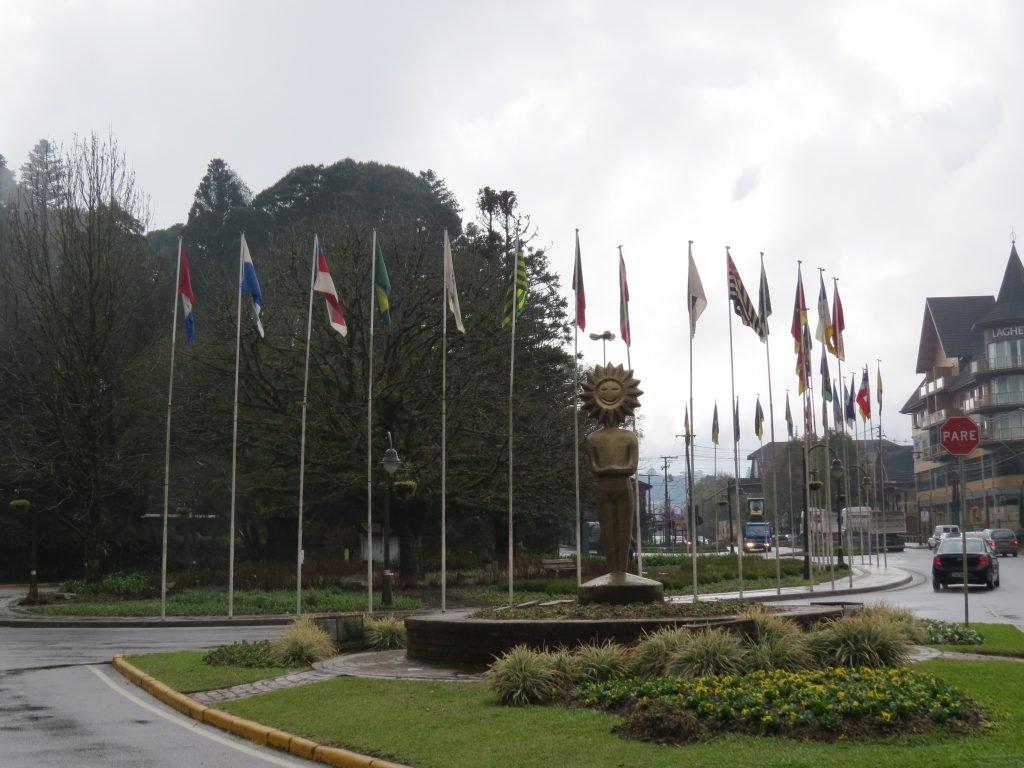 O que fazer em Gramado: Passear pela Rótula das bandeiras