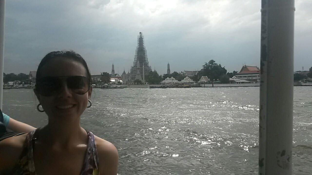 Wat Arun ao fundo.