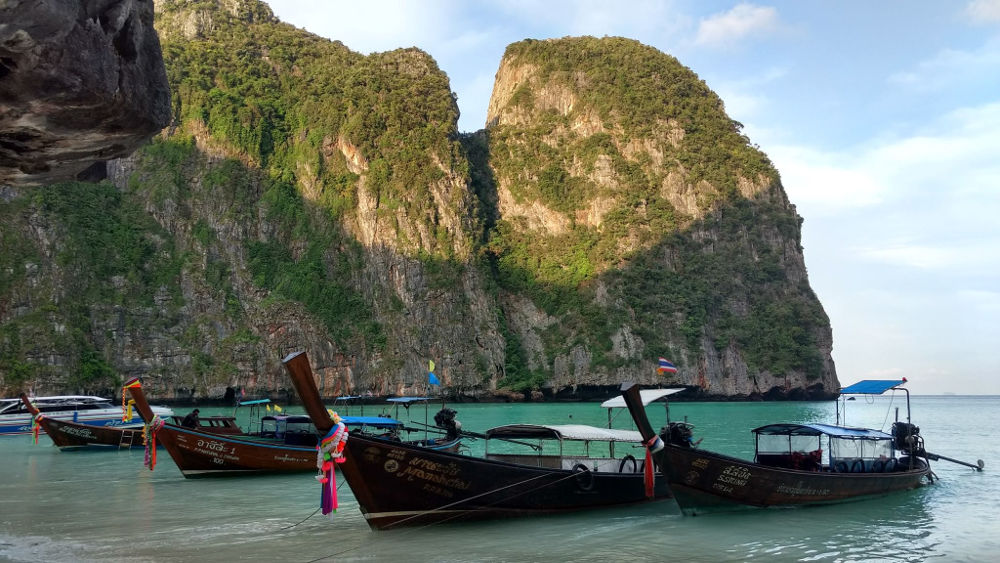 Barcos na praia | Dicas para conhecer Maya Bay