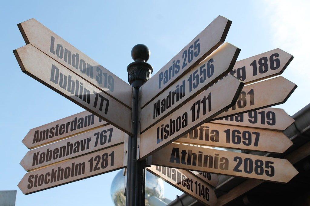 Placa com destinos na Europa - Mochilão pela Europa