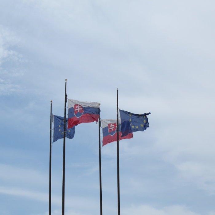 Bandeiras da Eslováquia e da União Europeia.