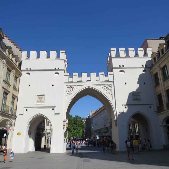 Portão que dá acesso a rua de pedestres.