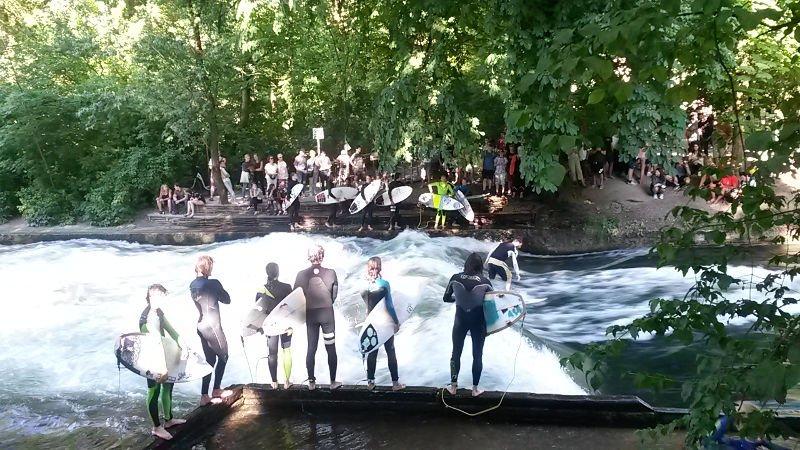 Surfistas no Rio Eisbach | O que fazer em Munique em 2 dias