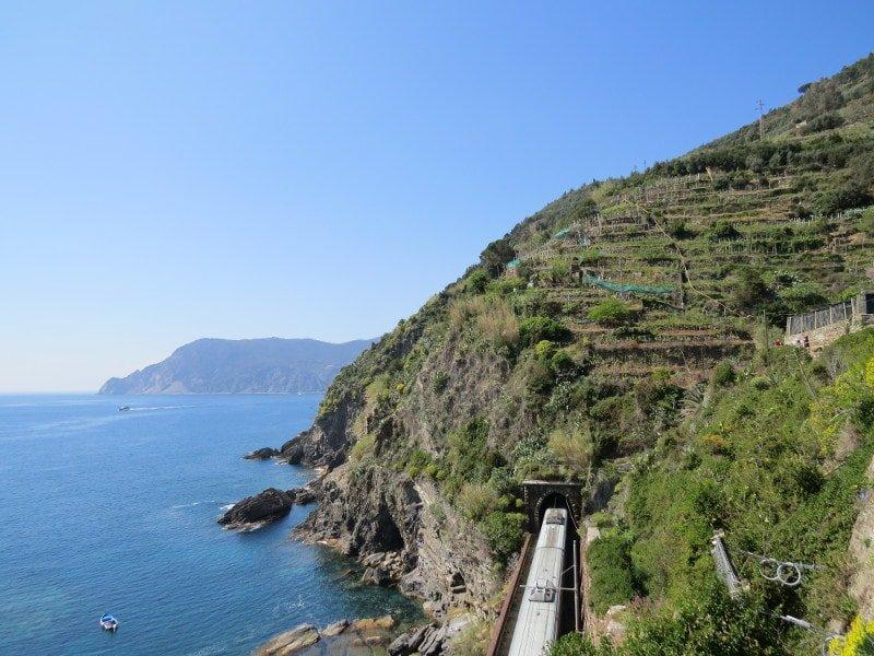 Caminho que o trem faz. Em alguns pontos dá para ver o mar | Como chegar em Cinque Terre