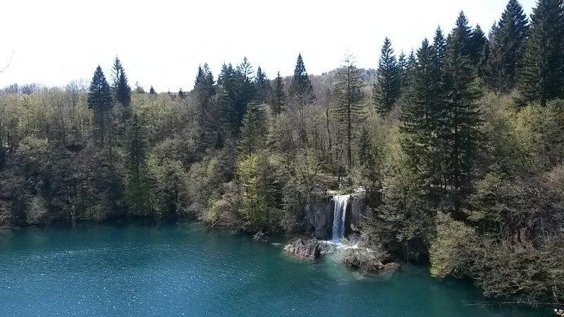Um dos mirantes do parque! | Plitvice Lakes Dicas