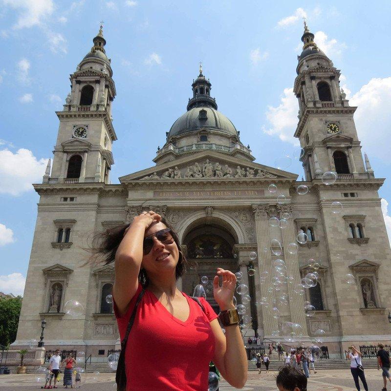 Ao fundo Catedral de São Estevão em Budapeste