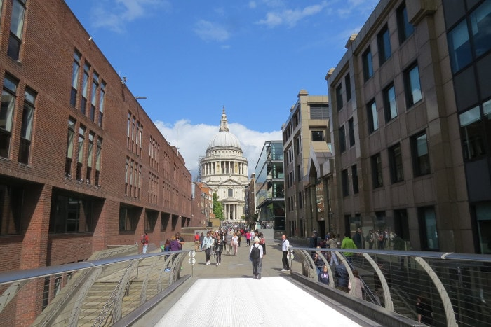 Foto tirada na Millenium Bridge, St Pauls Cathedral ao fundo.