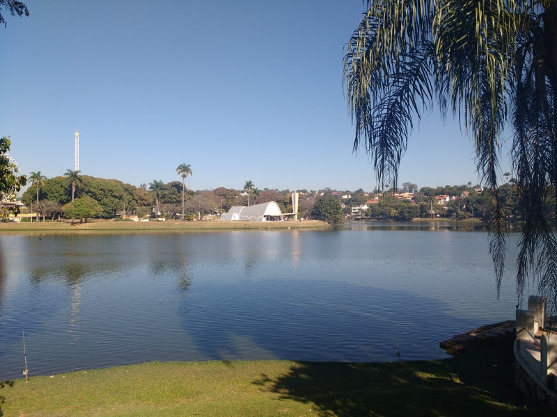 Lagoa da Pampulha com a Igreja ao fundo | O que fazer em BH