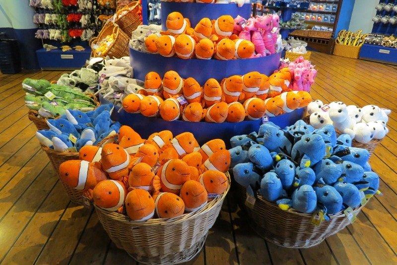 Pelúcias vendidas na loja do Sea Life Helsinque.