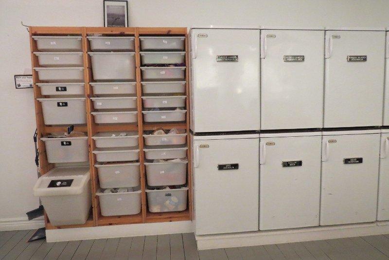 """Cozinha. Várias geladeiras e """"gavetas"""" para guardar os mantimentos."""