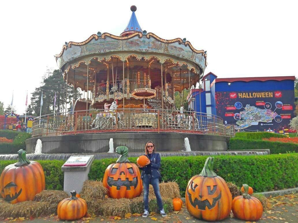 Eu no mês do Halloween, aí o parque estava todo temático.