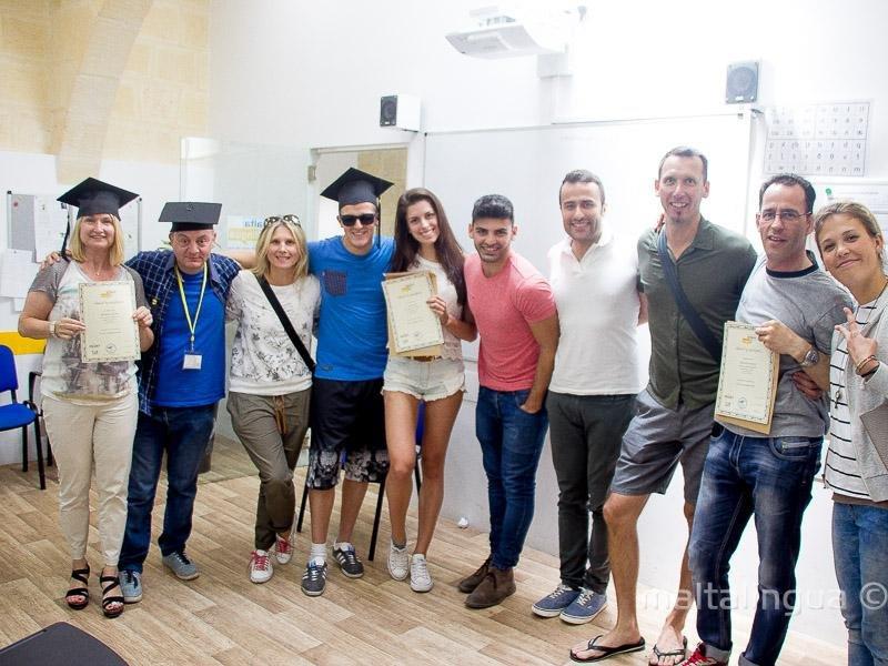 Intercambistas com os seus diplomas