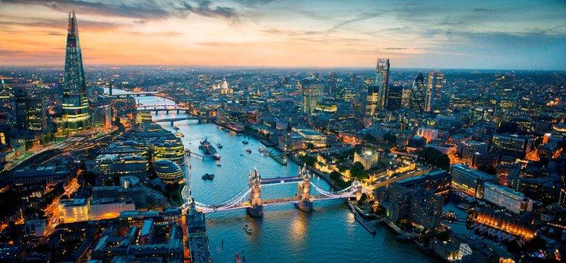 Londres vista do alto. Do lado esquerdo está o The Shard e do lado direito do Rio Tâmisa está o Sky Gardens.