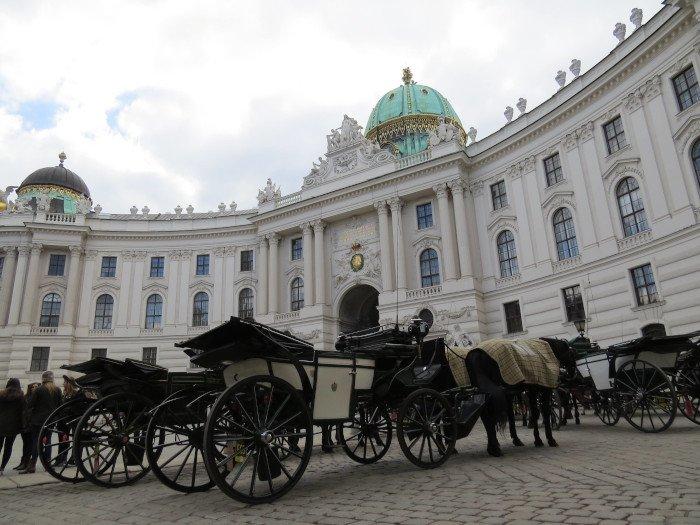 Essas charretes ficam em frente ao palácio. Quem quiser dar uma volta, é só alugar ;)