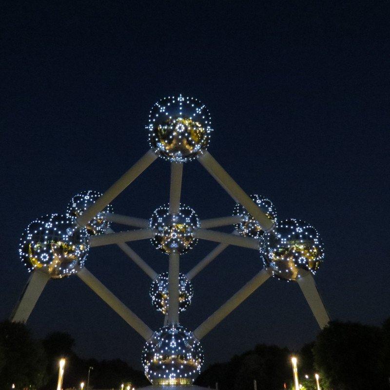 Atomium iluminado.