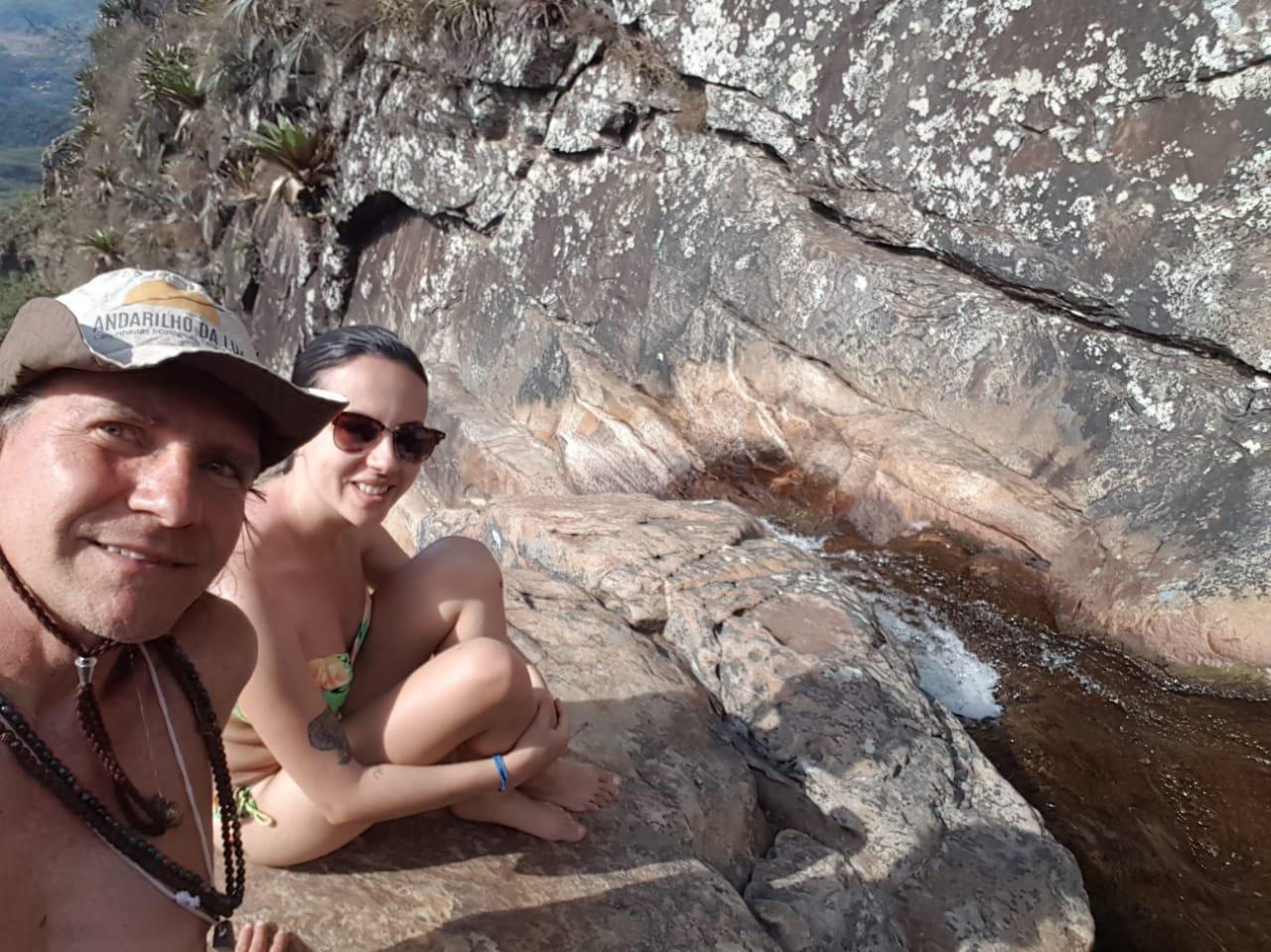 Eu e Samuel no alto da cachoeira do Tabuleiro.