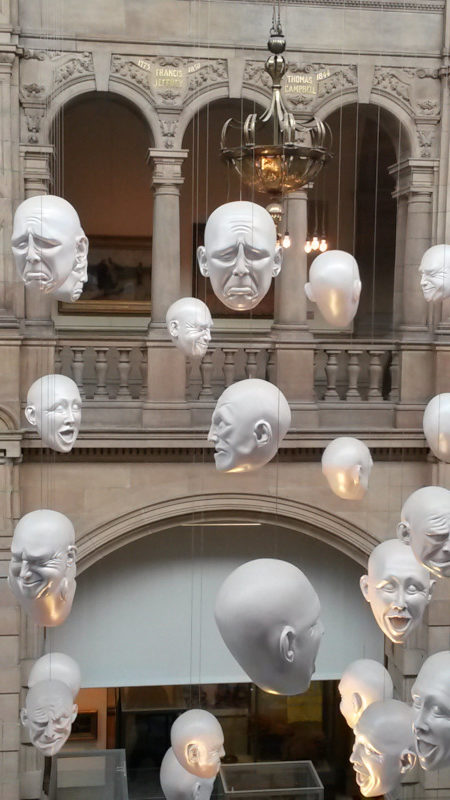 Achei demais essas carinhas no interior do museu.