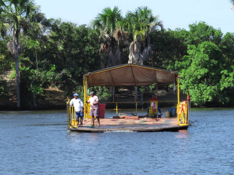Balsa que faz a travessia no Rio Preguiças.