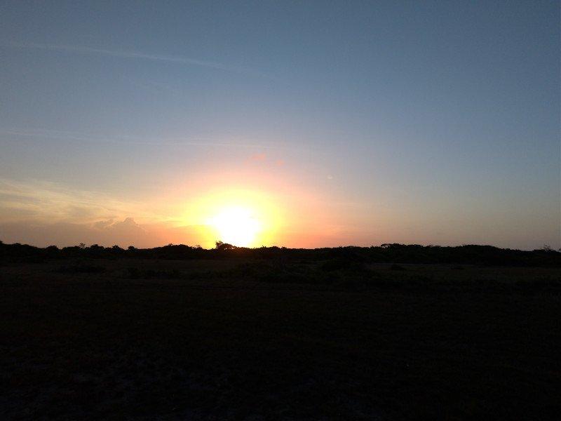 Curtimos o pôr do sol na estrada.
