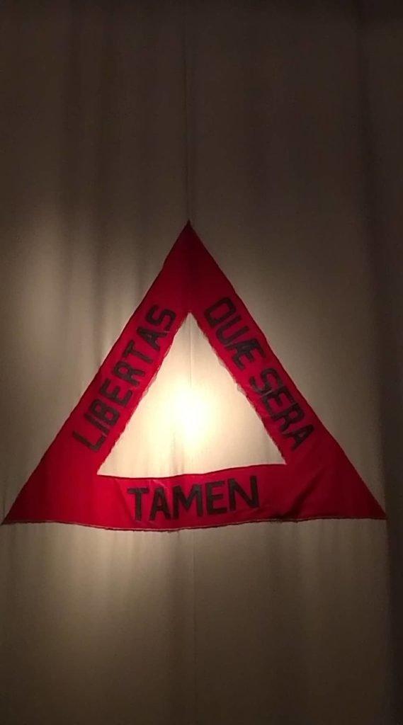 Dizeres da bandeira de Minas Gerais.