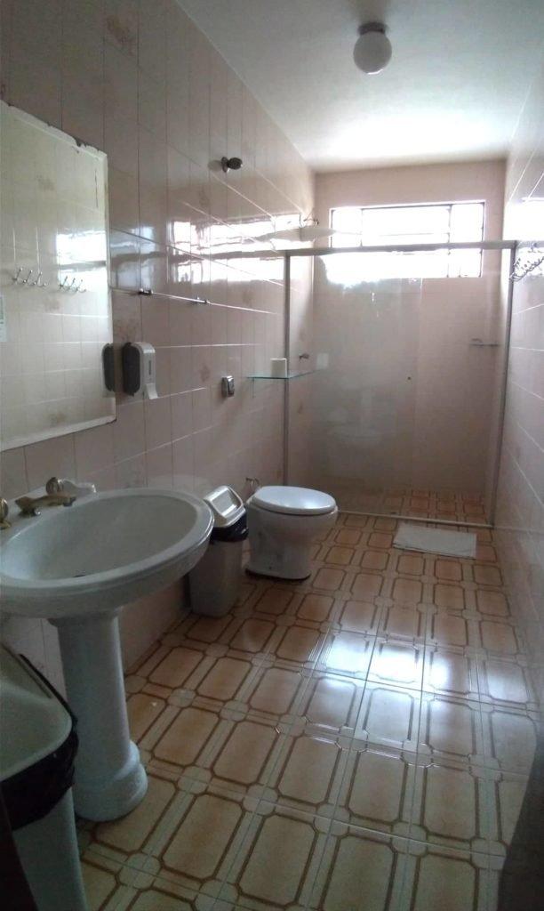 Banheiro gigante do Curitiba Casa Hostel.