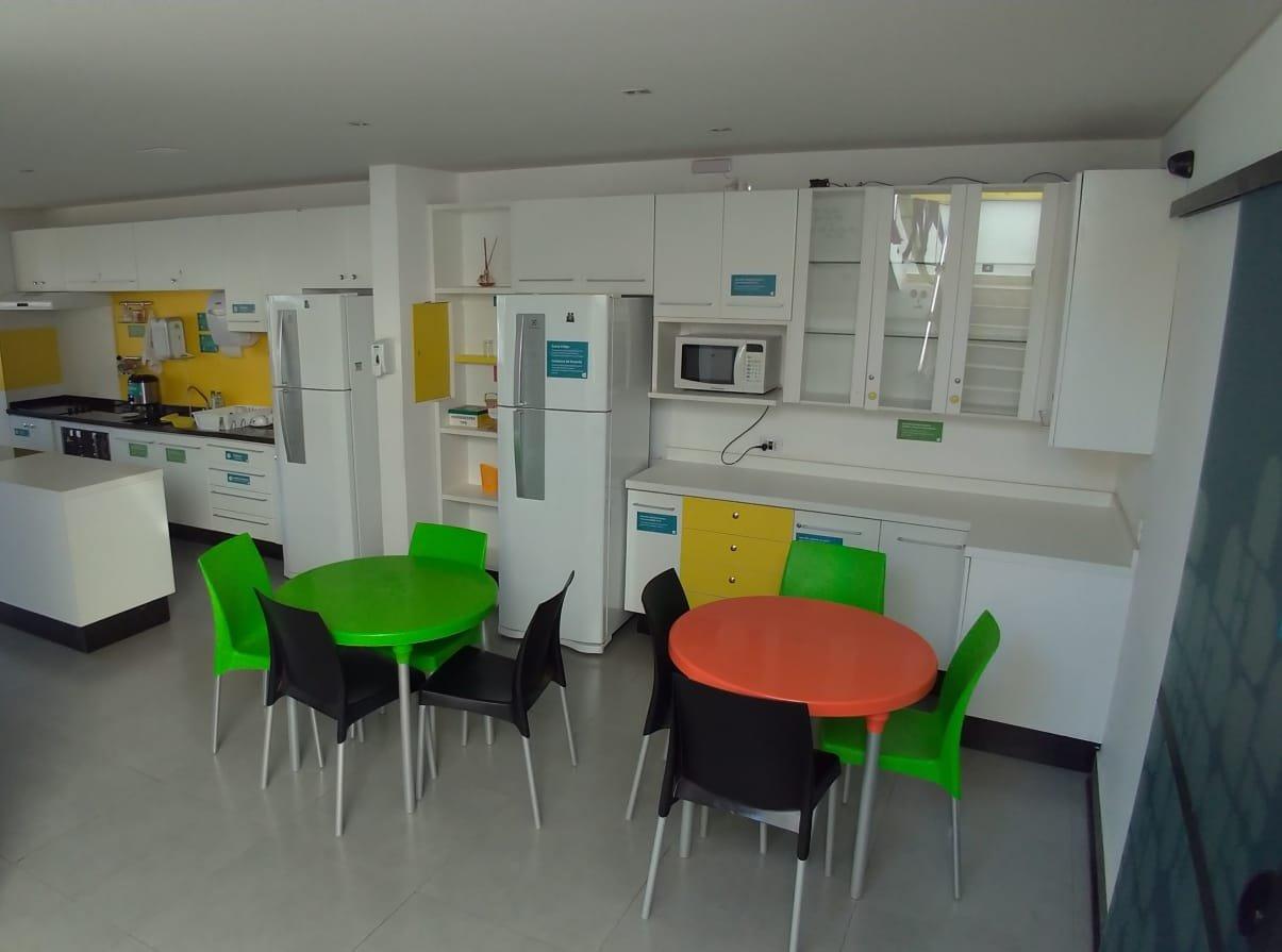 Cozinha ampla e completa do Concept Design Hostel   Onde ficar em Foz do Iguaçu