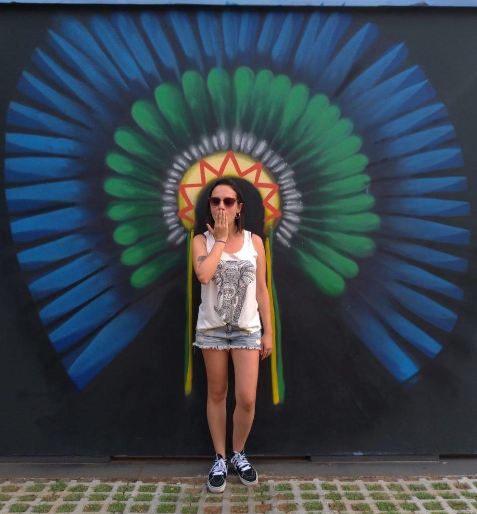 Grafite de um cocar de índio no Marco das 3 Fronteiras.