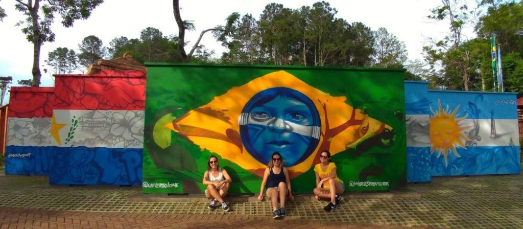Mural com as bandeiras do Brasil, Argentina e Paraguai.