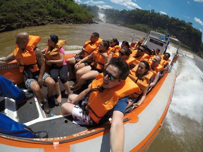 Passeio molhado do Macuco Safari em Foz do Iguaçu.