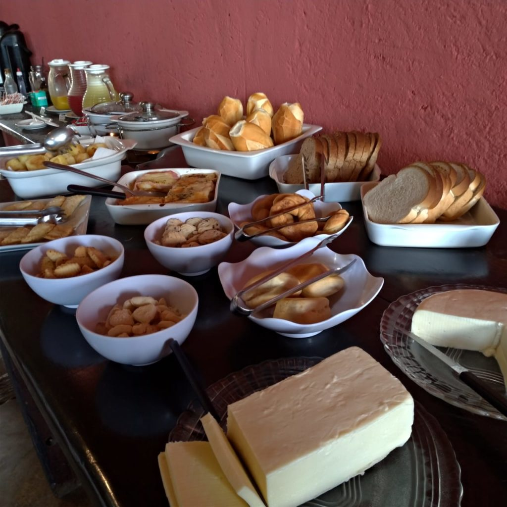Mesa de café da manhã   Pousada Província em Lavras Novas