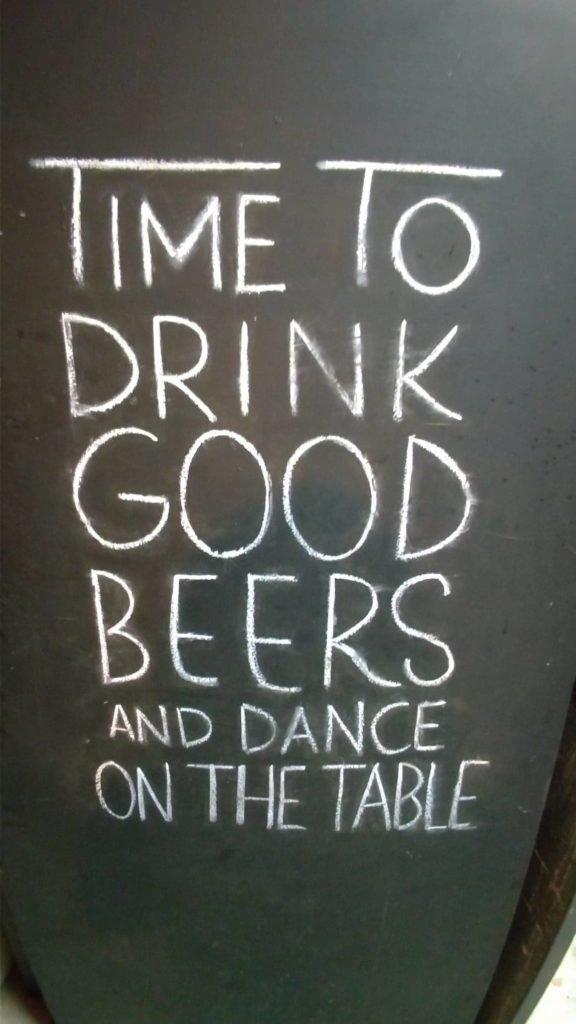 Hora de tomar boas cervejas e dançar em cima da mesa.