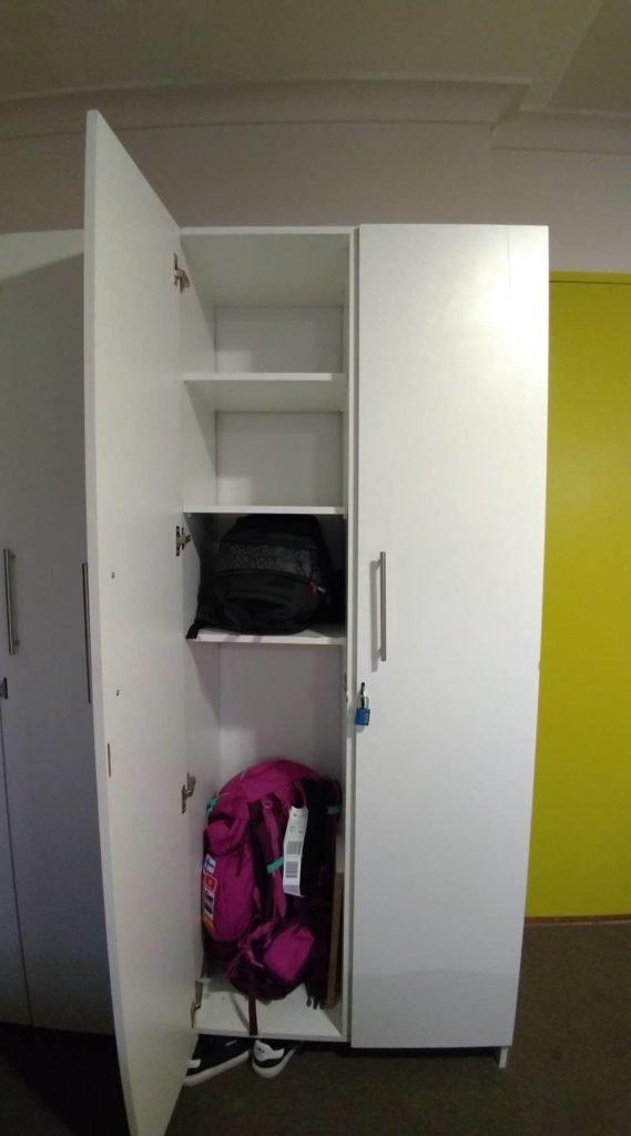 Locker grande no quarto coletivo do Once in Cape Town Hostel