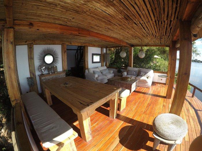 Um dos inúmeros espaços comuns do Tongabezi.